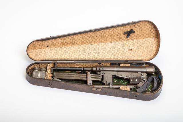 Geigenkasten mit Maschinenpistole